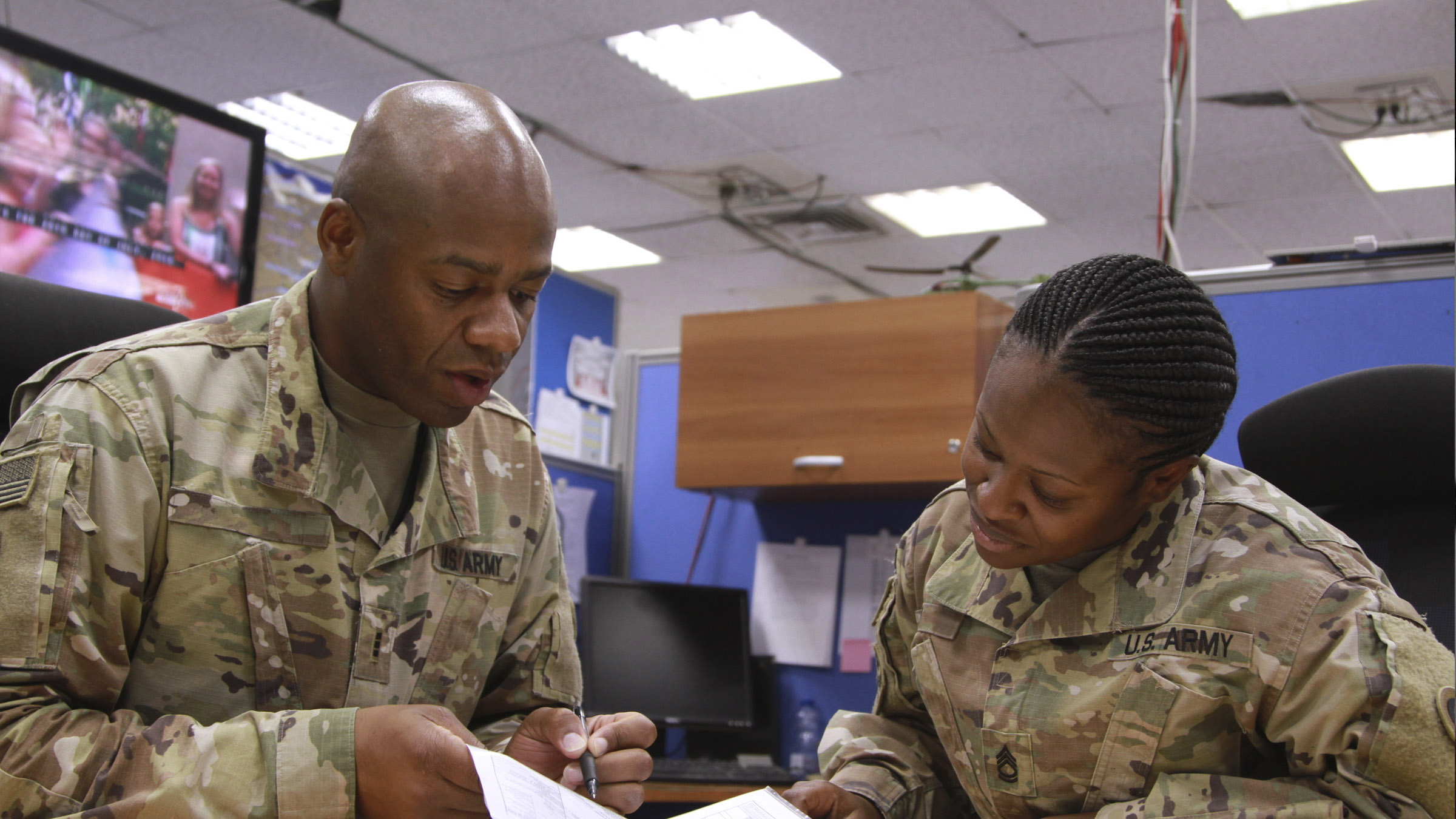 Service members review retirement benefits