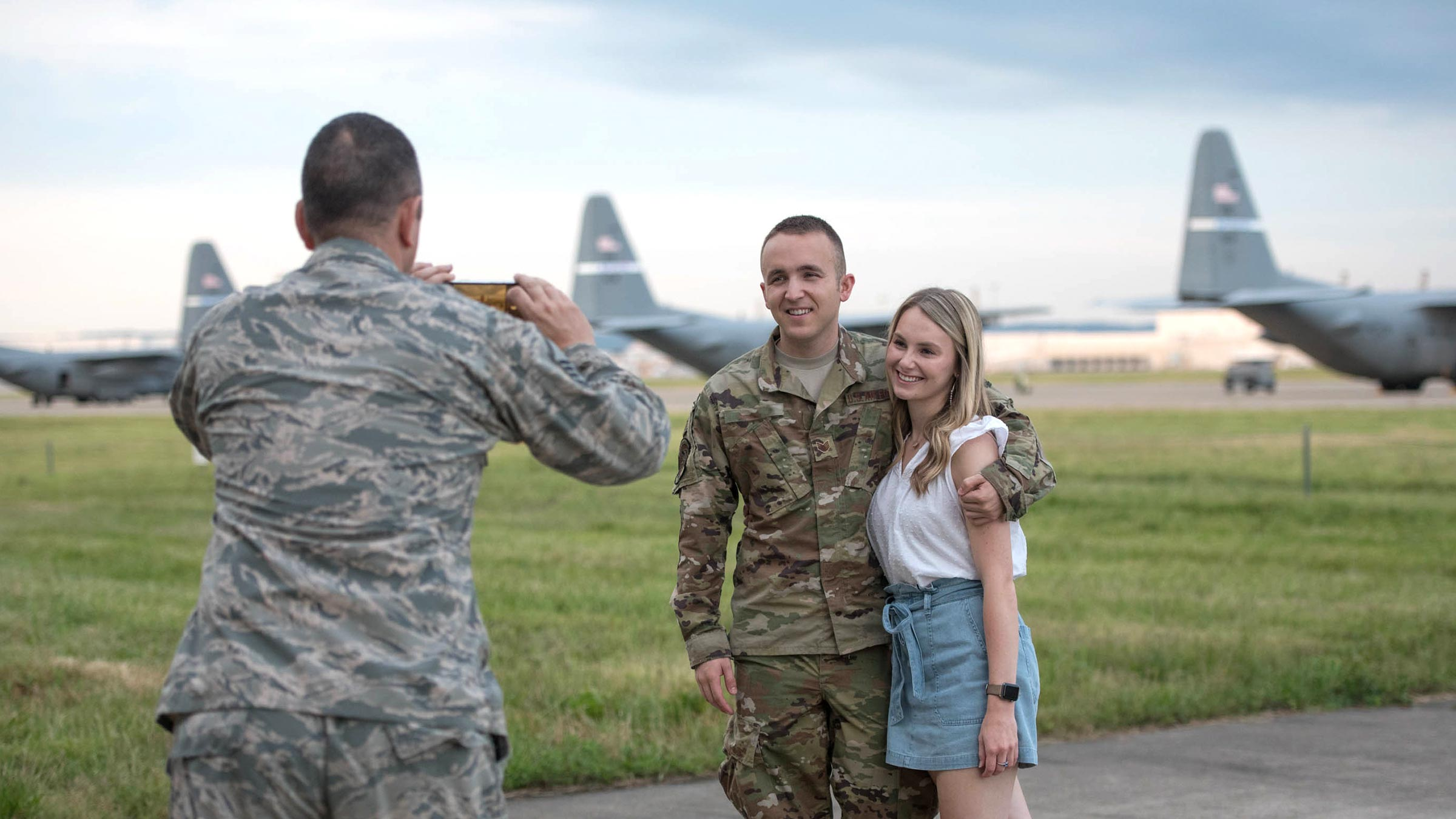 Service member and girlfriend get photo taken before deployment
